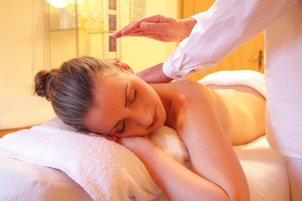 Anwendungen bei mir - Massage am Rücken