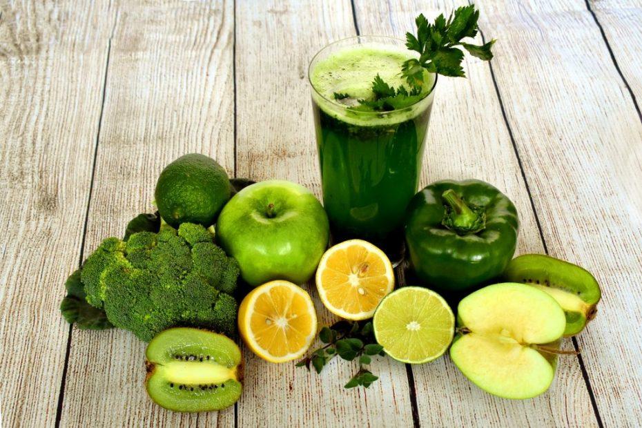 gelb-grünes Obst und Gemüse mit einem grünen Smoothie