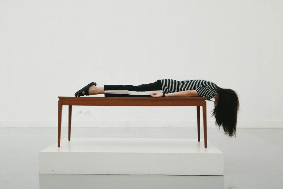 Eine Frau liegt auf einem Tisch