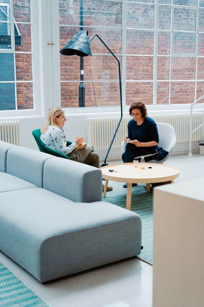 Gespräch zwischen zwei Frauen