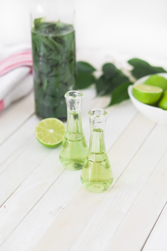 2 Flaschen mit Limettensaft