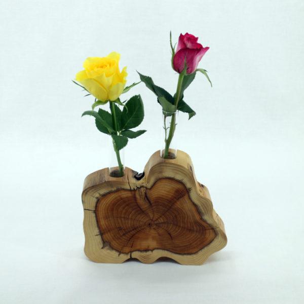 Blumenvase aus Eibe mit zwei kleinen Gläsern und Rosen