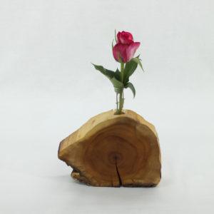 Blumenvase aus Eibe mit einem kleinen Glas und Rose