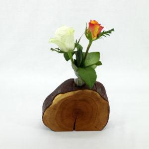 Blumenvase aus Eibe mit einem großem Glas und Rosen