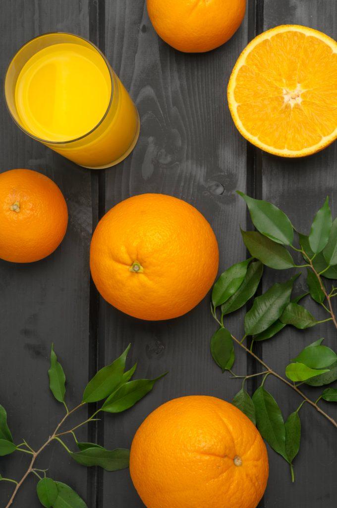Orangen und Orangensaft auf Holzbrettern