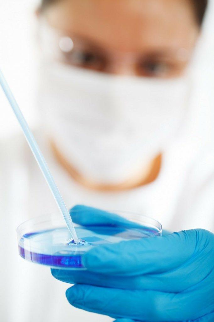 Laborantin mit Petrischale
