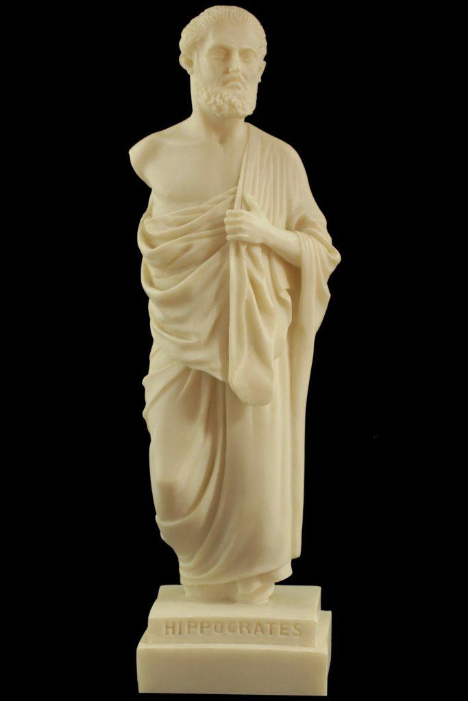 Statue von Hippokrates vor schwarzem Hintergrund. Frühjahrskur mit Fasten.