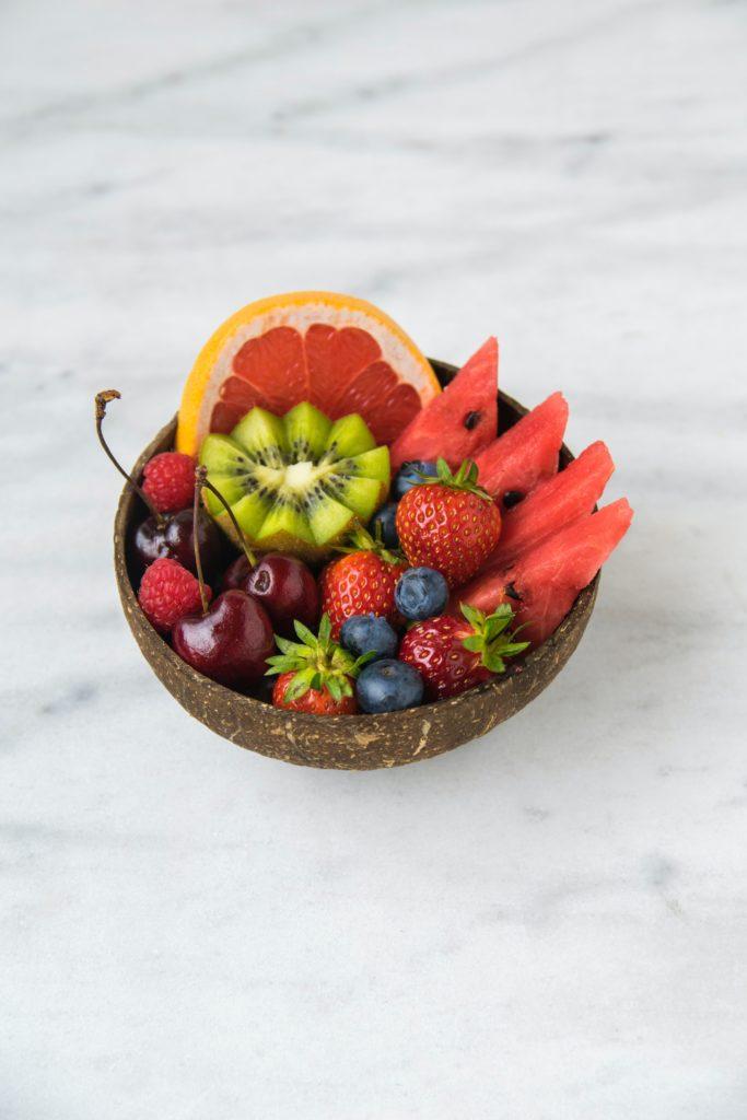 Gemischtes, buntes Obst in Kokosnussschale