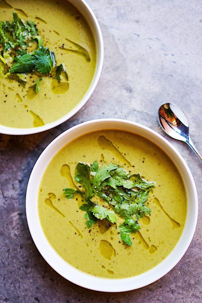 Zwei Teller mit Suppe und Kräutertopping