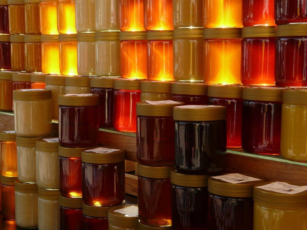 Gläser mit verschiedenen Honigsorten