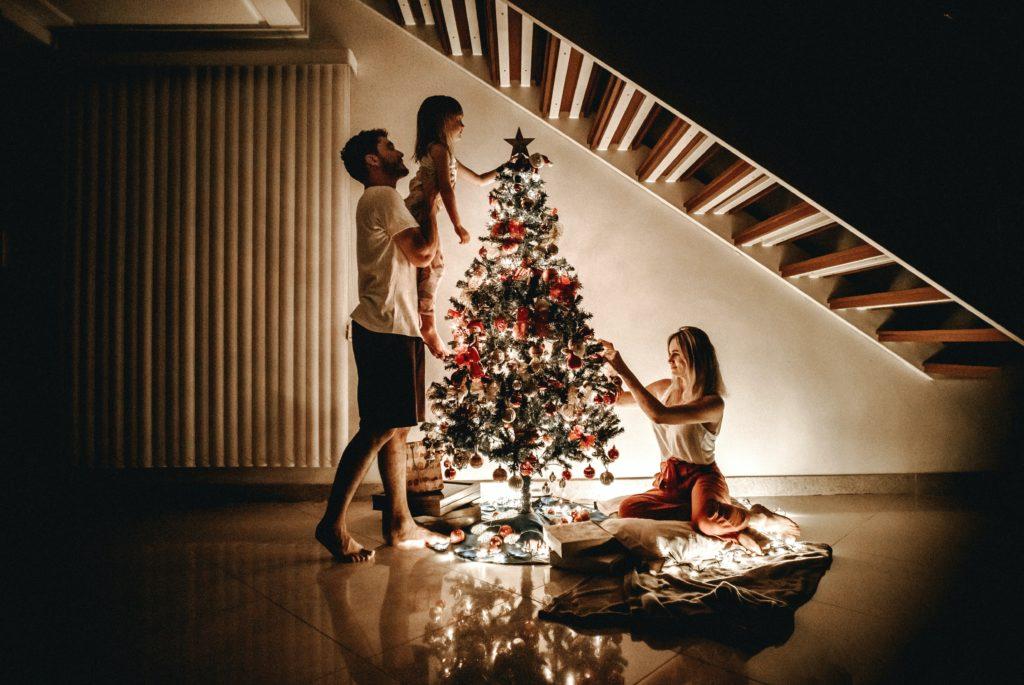 Weihnachten: Familie schmückt den Weihnachtsbaum